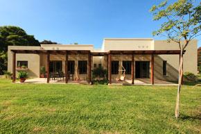 אדריכלות בית פרטי - חזית ראשית יציאה לגינה