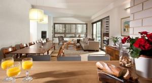 עיצוב דירה בעיר ימים - מבט מכיוון דלפק לפינת אוכל וסלון