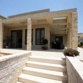 אדריכלות בית - חזית כניסה ופרגולה